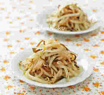 もやしを電子レンジ加熱して、塩昆布とごま油で和えるだけのとっても簡単なレシピ。とびきり美味しい一品です。 塩昆布を使っているため、味付けなしで作れるのも便利です。 #電子レンジ
