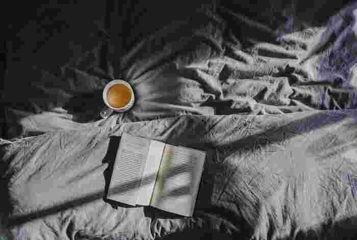 ベッドで過ごす夜のひと時は、1日の締めくくりであると同時に、明日へのスタートでもあります。だからこそ、眠りの前の10分間は、1日の疲れや不安を癒しながら、ポジティブな明日にもつながるような時間をすごしたいものです。