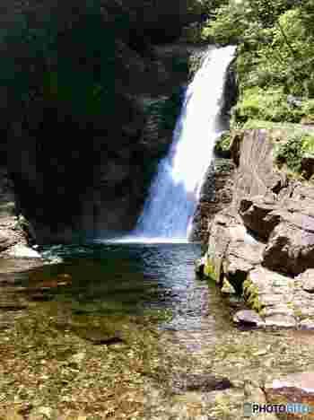 「秋保大滝(あきうおおたき)」は、幅6m落差55mの大きな滝で、日本三名瀑の一つに数えられています。川沿いの遊歩道を通ると滝のすぐそばまで行くことができ、豪快な眺めを楽しめます。