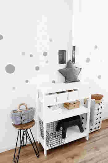 さまざまな大きさで丸くカットしたシートを、壁にペタペタ…すると、殺風景だった白い壁にも動きが生まれて楽しい雰囲気に。飽きたらすぐに剥がせるお手軽な模様替えです。
