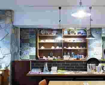 古いマンション1階の奥にあるアンティークな扉を開けると... 様々なジャンルの本や、温もりを感じる作家の作品、ほっとできる飲み物が、くつろぎ空間へ誘ってくれるカフェ「UNITE」。 アート作品の企画展示や、著者のトークイベントなどの開催はHPでご確認下さい。