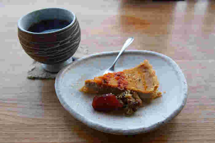スイーツには、卵、乳製品、白砂糖を使わないマクロビオティックなデザートを提供。メープルシロップや米飴などを使った優しい甘さで、食べ応えもしっかりありますよ。季節のフルーツを取り入れたケーキもありますよ。