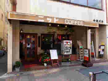 JR錦糸町駅から徒歩4~5分ほど歩いたところにある喫茶店「ニット」。店先のショーケースには、ホットケーキやパフェのサンプルが並んでいます。