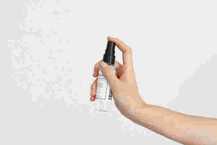 消臭効果だけでなく、人工の香料を一切使わず天然のエッセンシャルオイルの調合によって調香された上品な香りに癒されます。丸洗いできない布製のソファや車のシート、寝具にも。携帯に便利なミニサイズもあるので、いつもバッグに忍ばせて匂いケアしたいですね。