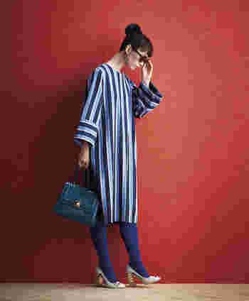 どことなくレトロ感漂う、大胆なストライプ柄はサニークラウズのオリジナル。光沢感のあるサテン地も柄と雰囲気がぴったり合っていて、60年代のファッションを彷彿させます。太めの袖や、幅を広く切り替えた袖口、少し短めの着丈など、全体のバランスがユニークなおしゃれ感たっぷりのアイテムです。