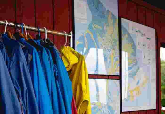 出発時には天候がよくても、山の天気は急に崩れることもあるのでレインウェアの用意は必須。傘は手が塞がってしまうので使えません。上下に分かれたものがおすすめです。