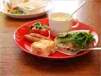 大皿の26cmは、おかずと一緒にカップをのせておしゃれカフェのワンプレートランチ風に。食べ過ぎ注意のダイエットにも、一役買ってくれそうですね!