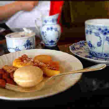 プティフールとお茶は、デザート専用のサロンに移って。コーヒーはお代わりOK。