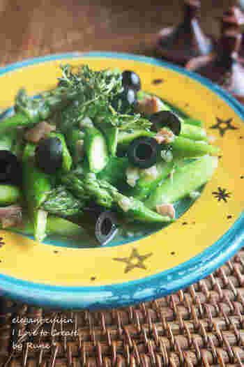 アンチョビとオリーブの程よい塩気がアスパラガスに合いますね。黒胡椒の香りも引き立ちます。