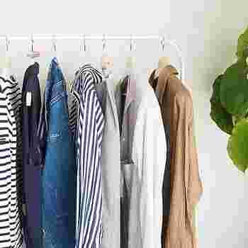 ファストファッションのおかげでトレンドスタイルを手軽に取り入れられるようになった昨今、ワードローブを最小限に留めておくのは至難の業だと言えます。そこでまずは、洋服の収納方法を工夫してみましょう。着る頻度の高いアイテムは、一枚ずつハンガーにかけて一目で把握できるように。これだけで、似たアイテムを買い足してしまうことがなくなります。