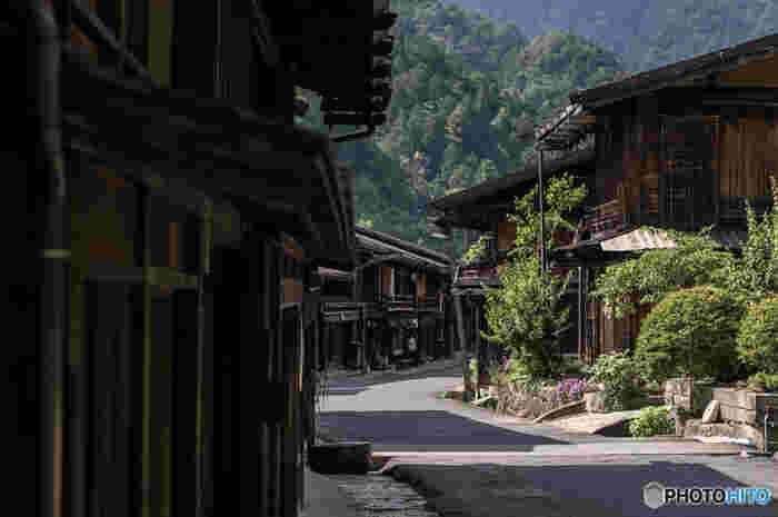 中山道42番目の宿場町として栄えてきた妻籠宿は、江戸時代に活躍した絵師、歌川広重にも「木曾街道六拾九次」として描かれた日本を代表する宿場町の一つです。
