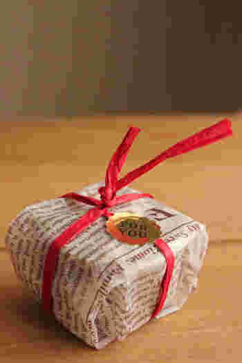 生チョコや生キャラメルなどの温度に敏感なスイーツは、個々に包むのがおすすめです。ワックスペーパーで簡単に包んだら、紐をかけてシールでとめれば完成です。