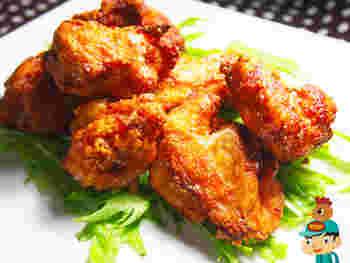 2度揚げは、唐揚げでよく使われる手法ですが、ザンギでもおすすめ。1回揚げたら5分ほど休ませ、2回目は油の温度を少し上げて、表面をカリッと香ばしく仕上げます。