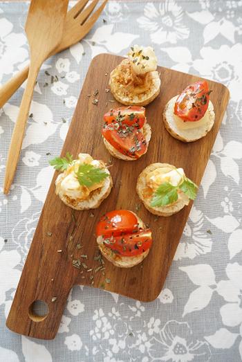 パンの代わりに輪切りにした長芋を使ったブルスケッタ。トマトやモッツァレラチーズなどお好みの具材を彩りよくのせれば、おしゃれな料理になりますね。