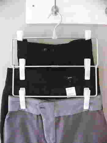 無印のクリップハンガーなら収納力をアップさせることができます。クリップの跡がつかないように、スカートやパンツ類は裏返して留めているそうです。