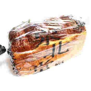 「泉北堂」の人気を高めたとも言っても過言ではないのが、こちら。「極(きわみ)食パン」です。こちらは1斤売りの食パンで、お好きな厚さにカットして食べることが楽しみのひとつでもあります。食べてみると、そのふんわり感と香ばしさに感動!まずはシンプルに、トーストしていただくのがおすすめです。