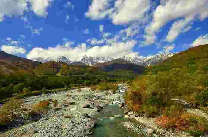 白馬大橋から八方尾根を望む、雄大な景色。白馬の山々が鮮やかに彩られていく紅葉の季節にも是非訪れてみてくださいね。