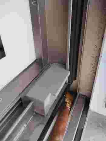 秋晴れと秋雨を交互に繰り返すこの季節、雨が降った後はサッシの汚れが緩んでいます。窓を開けてもあまり寒くないうちに専用のサッシブラシや平筆を使ってサッシの掃除もしておきましょう。