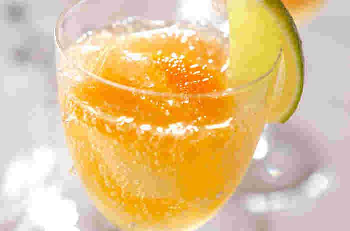 ■スパークリング・フルーツカクテル  フルーツジュースを炭酸で割った、誰にでも喜ばれるドリンク。ワイングラスに入れると、お酒を飲んでいる気分になれるかも?