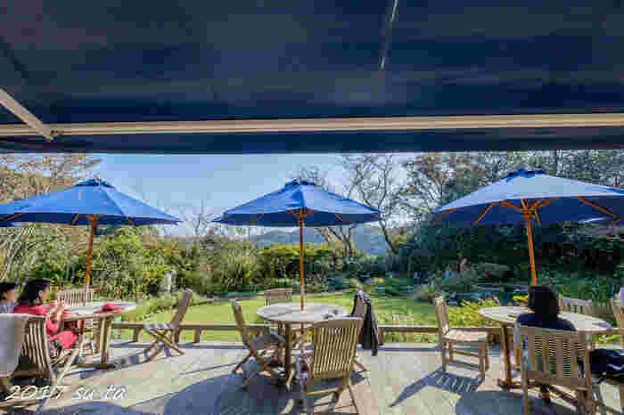 とっておきのオープンテラスは、こちら。綺麗に手入れされた中庭を眺めながら、心地よい風とともにランチやスイーツをいただけますよ。
