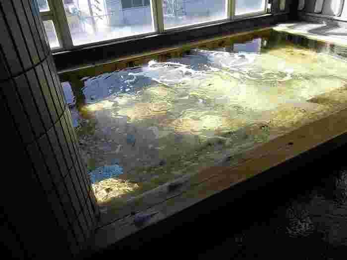こちらも大人370円と、天然温泉を楽しめる施設としては安い価格帯。こちらのひのきの内湯では、飛騨川や山々を望むこともできます。