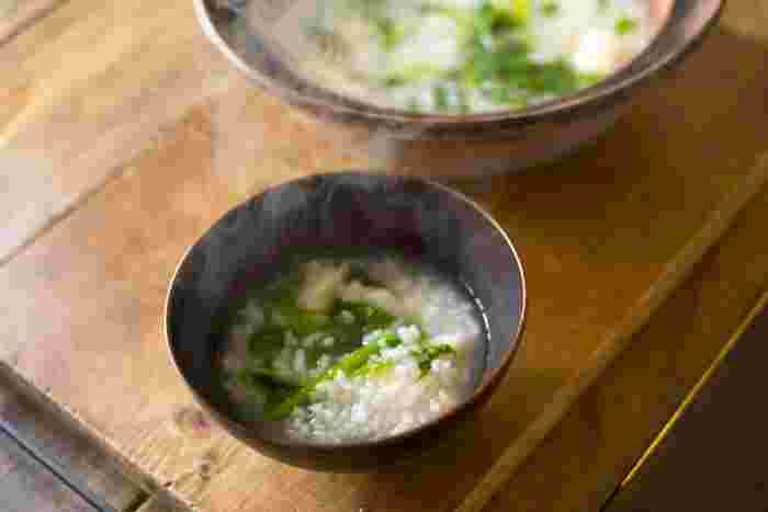 雑炊との大きな違いは、お米から作るというところ。お米からじっくりことことと。だからこそ出せるお米の甘みが、おかゆ最大の魅力です。