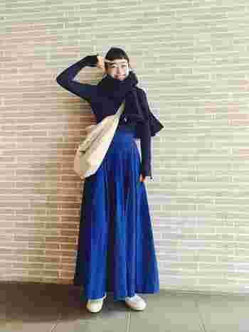 """こちらは鮮やかなブルーのスカートに、NAOTの定番モデル「IRIS(アイリス)」を合わせた大人のカジュアルコーデ。足元の爽やかな""""白""""のアクセントが、おしゃれな雰囲気で素敵ですね。全体をブルー系でまとめた上品な着こなしは、これからの季節のお出かけにぴったりです。"""