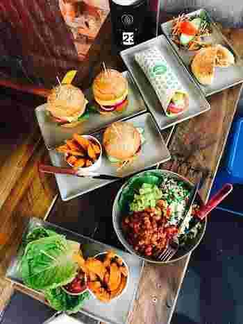 """ふわふわのバンズに、ジューシーなパテ、新鮮なお野菜…と、色んな""""美味しい""""がギュッと詰め込まれている「ハンバーガー」。肉汁たっぷりのミートパテで、お肉本来の味を堪能するもよし。ヘルシーなお野菜をたっぷり挟んだ大振りサイズに、気兼ねなくかぶりつくもよし◎ 「ハンバーガー」の美味しい、楽しい魅力をとことん堪能して!"""