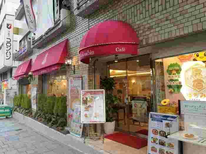 原宿駅の表参道口より徒歩約3分の「コロンバン」。ロールケーキ「原宿ロール」でも有名なお店です。プリンはお店でもいただくことができますが、お土産として買っていく方も多いそう。