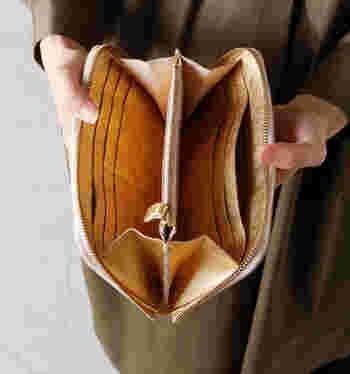 カード類が多くなる女子にピッタリの大容量のお財布。 しっかりと下まで開くのでパッと開けただけで中身が見渡せて便利♪