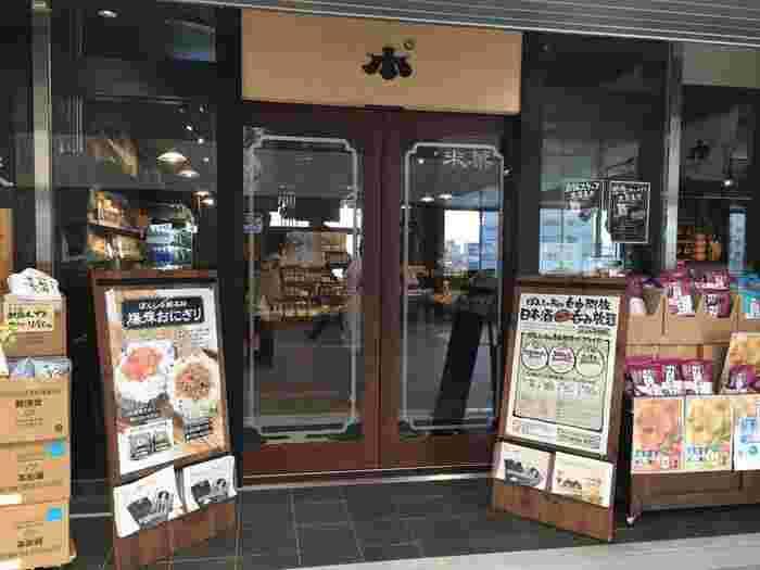 """お酒好きの方へのお土産を選ぶときは「ぽんしゅ館」へ行くのがおすすめです。""""越後新潟""""にある酒蔵すべての日本酒を利き酒でいただけます。お味を選んでお土産を選べば確実ですね。こちらは新潟駅直結の駅ビル(CoCoLo新潟)にある「ぽんしゅ館」の様子。"""