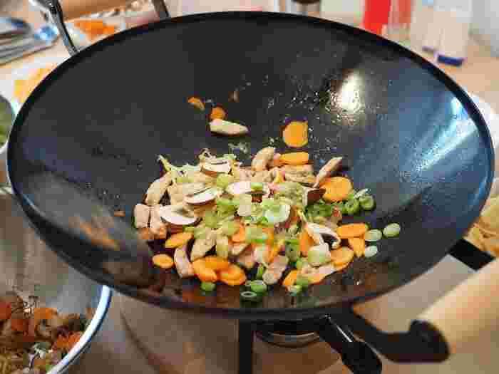 フライパンとは違って底が丸いのが特徴の中華鍋。これさえあれば炒める、揚げる、煮るが全部できます。