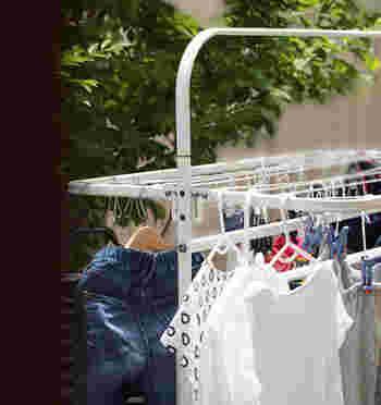 最近の洗濯機は、洗濯から乾燥まで一気に仕上げてくれるものも増えました。でも、外が晴れているなら、風にあてて干すようにしてみましょう。  環境について考えれば、洗濯物を干すのも手間ではなくなります。お日様の香りも心地よく感じますよ。
