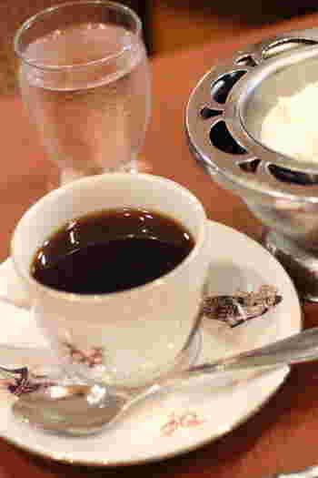コーヒーにはホイップクリームが付いてきます。珈琲専門店だけあって味は本格的。お好みでコーヒーにクリームを浮かべて楽しんでみて♪