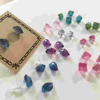 幼い頃に夢みた、色とりどりの宝石。お母さんのドレッサーからひっぱりだしては、きらきら光る宝石を眺めたり、身につけてみたり・・・