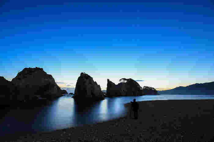 岩手県宮古市、陸中海岸国立公園内にある「浄土ヶ浜」。「さながら極楽浄土のごとし」と名付けられた海岸は、青い海と白い岩のコントラストが美しい景勝地です。