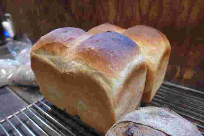 予約分だけで売り切れるという「山型食パン」は、持ってすぐに分かる重量感。外はカリカリ、中はもっちりしっとり。そのまま食べても、トーストしてもおいしく、小麦の甘みを感じられます。