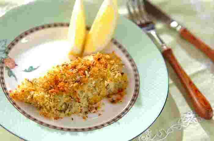 こちらはミントを混ぜたパン粉を魚にまぶして焼き上げた「白身魚の香草パン粉焼き」。爽やかな春夏シーズンにぴったりの一品です。こんがりとしたキツネ色と、ハーブの香りが食欲をそそります。