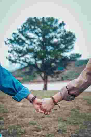 ラポールとは信頼関係のことです。自分に似ている人、共通点のある人には親近感を覚えますよね。それと同じで、話し手は聞き手に対する親近感や信頼感を覚えると、心を開いたコミュニケーションがとれるようになるのです。 共通点を探さなくても、相手の雰囲気や話し方に合わせるだけでも、ラポールを築くことができます。