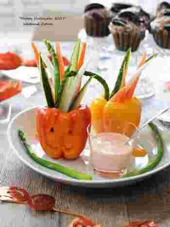 パプリカのカップに、キュウリ、ニンジン、ダイコンなどのスティック野菜をさし、たらこディップでいただく野菜スティック。ハロウィンの時期は、パプリカをジャックオランタンに見立てるのも◎。