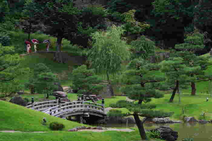 総面積11.7ヘクタールにおよぶ広大な敷地を誇る兼六園は、景勝地の宝庫です。どこを切り取っても絵になる兼六園内を散策していると、江戸時代に描かれた日本画の中に迷い込んだような気分を覚えます。