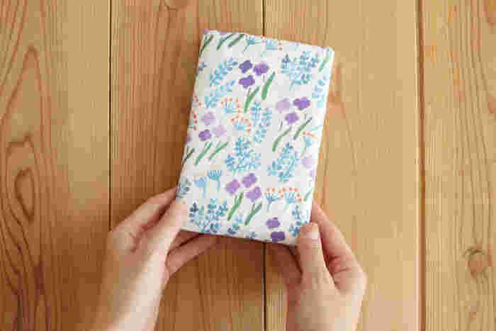 母子手帳サイズの冊子ポケットが2つとカードを入れられるポケットが3つ付いた母子手帳ケースです。ポケットが多くちょっと複雑そうに見えますが、手順通りに縫っていけば簡単に作ることができるんです。パーツをカットしたり、縫って裏返したり、少しずつ作業を進めることができますよ。細かい作業が多い分、完成したときに味わう達成感は格別です。長く使うものだけに、ぜひお気に入りの布地で作ってみてください。