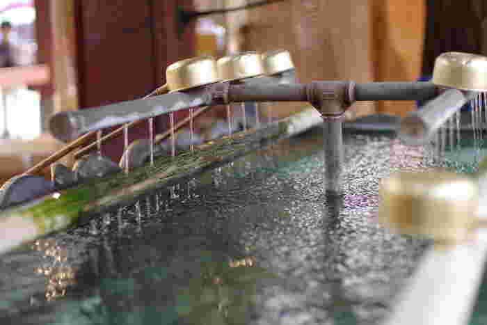 不浄なものを落とすために、手水舎で手と口を清めます。清め方は神社と同じで構いません。お寺によっては手水舎がない所もあります。その場合は、そのまま先に進みます。