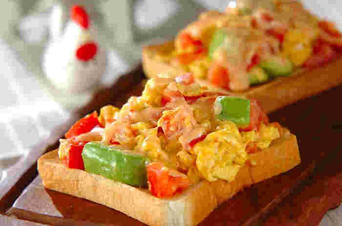 卵とアボカドそしてトマトを炒めてトーストにのっけたアボトマ卵トースト。黄色と緑と赤と色合いが美しい彩り豊かなトーストです。