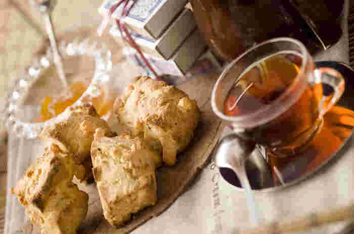 甘いものが苦手な人に試してもらいたいスコーン。紅茶とともに、たっぷりのチーズとバジルの風味を楽しんで!