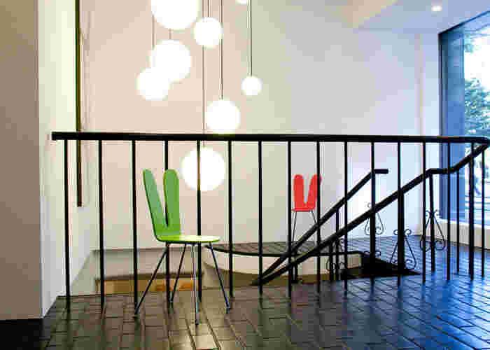 うさぎの耳のような背もたれが印象的なデザインは、国内外の著名な建築物を手がけるユニット「SANAA(サナー)」によるもの。日本文化と向き合い、そこから個性的で真新しい椅子の形を追求するプロジェクト「nextmaruni」にラインナップされています。