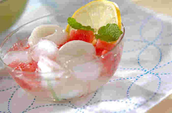 もちもちの白玉と、シャリシャリしたスイカの食感の違いが楽しいデザート。レモンやミントの風味と炭酸で爽快感があり、暑い日にぴったりです。
