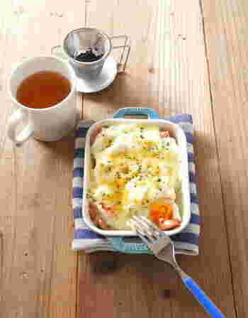 とろ~り、優しいホワイトソースは電子レンジで簡単調理!ソースがパンにじゅわっと染み込み、お子さまが喜んで食べてくれること間違いなしのレシピです。野菜や卵、ソーセージなどお好みの具材で作ってみて下さいね!
