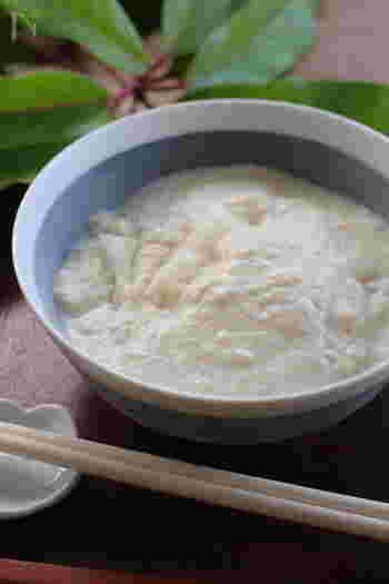 ちょっとびっくりするような真っ白なお雑煮。茨城では、水切りした豆腐をすりつぶして出汁を合わせ、そこに焼き餅を加えた「豆腐もち」を食べます。ほんのり甘いスイーツ感覚のお雑煮だそうです。地域や家庭によって、くるみや白ごまペーストを混ぜたり、薄口しょうゆや白味噌を加えることもあるそうです。