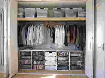 大型のクローゼットを左右でおおまかに分けて、旦那様と奥様で使っています。ハンガーにかけるもののほか、下側に引き出し収納を入れているので、たたんでおきたい衣類も美しく収納できます。